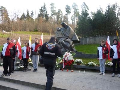 Składanie kwiatów i zniczy przed Pomnikiem Ofiar stycznia 1991 w Wilnie