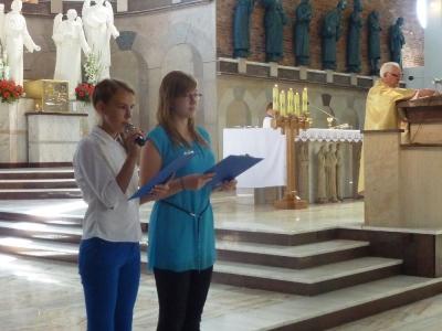 Uczennice odczytują modlitwę  wiernych