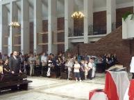 Część wiernych      w czasie uroczystości