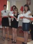 Młodzież   spiewa pieśni patriotyczne